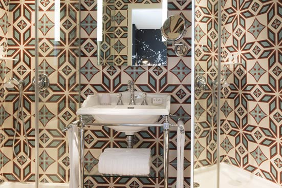 quand les carreaux de ciment habillent les murs styles de bain. Black Bedroom Furniture Sets. Home Design Ideas