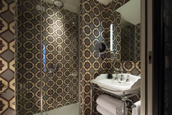 quand les carreaux de ciment habillent les murs styles de bain. Black Bedroom Furniture Sets. Home Design Ideas