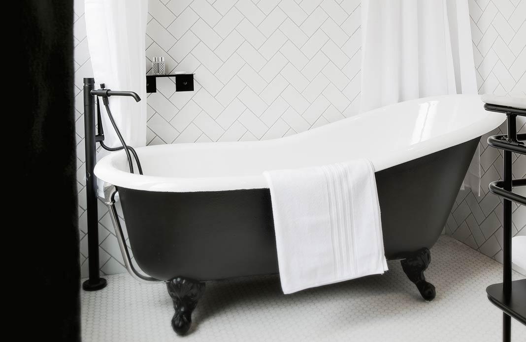 Baignoire r tro 4 astuces pour la mettre en valeur for Restaurer une salle de bain