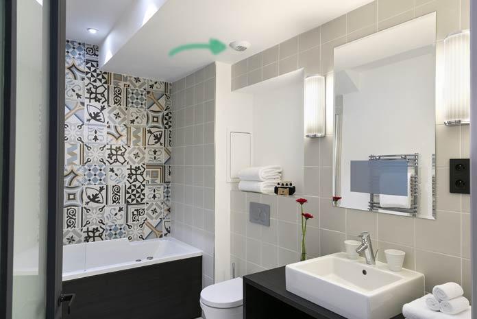 Une salle de bains de style classique avec un bouche de ventilation d'air au plafond