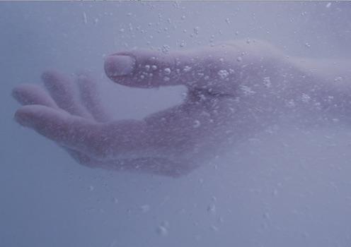 gommage corps baignoire : les bulles sont très fines