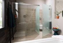 salle de bains avec toilettes cachées
