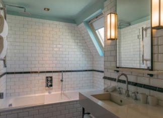 carrelage blanc dans la salle de bains