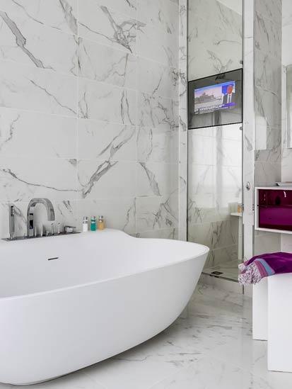 Habillée de marbre blanc, une salle de bains intemporelle | Styles ...