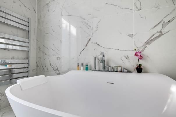 Habillee De Marbre Blanc Une Salle De Bains Intemporelle Styles