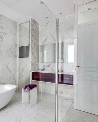 salle de bain en marbre blanc ambiance