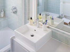 salle de bains avec un meuble chiné