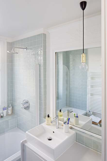 salle de bains avec un meuble chiné et sa vasque