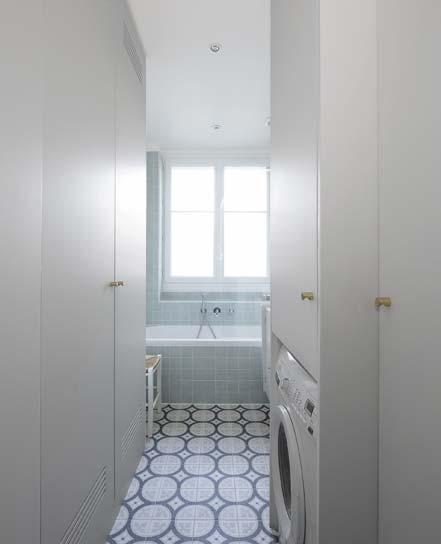 l'entrée de la salle de bains avec un meuble chiné