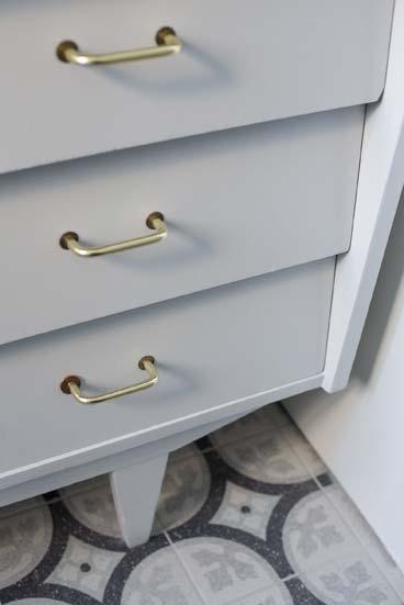 salle de bains avec un meuble chiné, gros plan sur les tiroirs