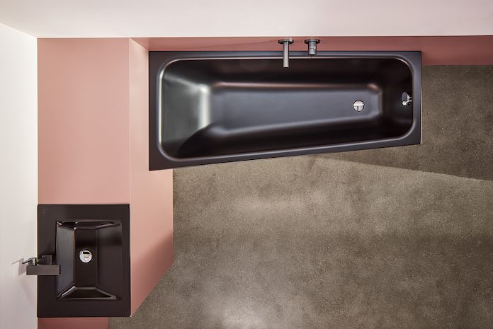 Salle-de-bains-rose-avec-baignoire-asymétrique-noire
