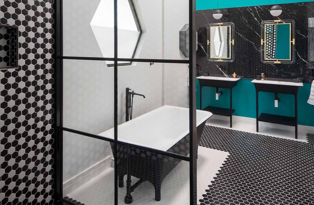 quand luxe et fantaisie se c toient dans la salle de bains styles de bain. Black Bedroom Furniture Sets. Home Design Ideas
