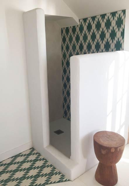 cabine de douche maçonnée de style méditerranéen