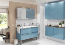 une salle de bain avec des meubles de petite profondeur