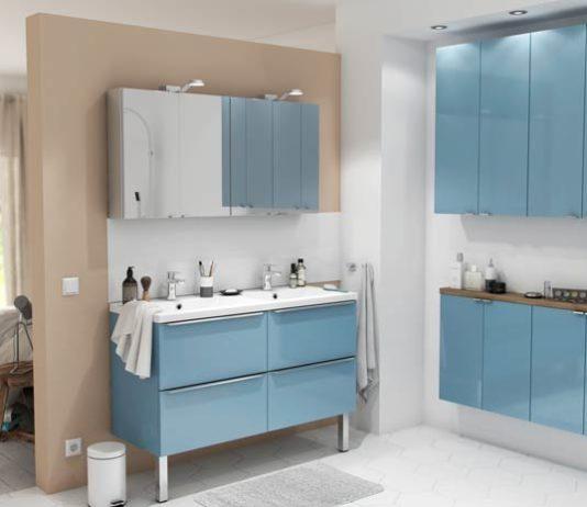 une salle de bains avec des meubles de petite profondeur
