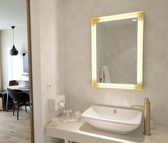Une salle de bains comme à l'hôtel. Une salle de bains blanche de l'hôtel Les Haras de Strasbourg