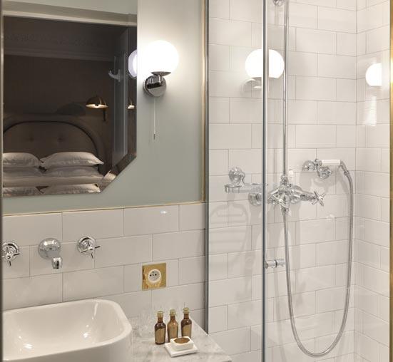 Une salle de bain comme à l'hôtel. Gros plan de robinetterie mural de lavabo, Grand Pigalle hôtel Paris