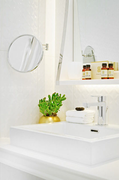 vasque rectangulaire blanche et son mitigeur chromé