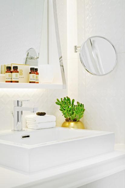 Une salle de bains comme à l'hôtel. Zoom sur la vasque d'une chambre de l'hôtel Baume, Paris