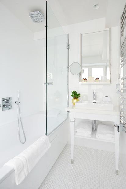 Une salle de bain d'hôtel blanche et chic