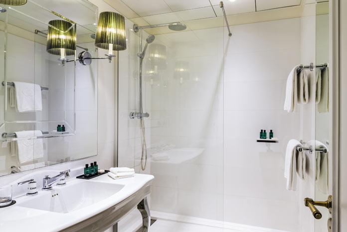Une salle de bain comme à l'hôtel. Exemple de salle de bain blanche, à l'hôtel Sofitel Baltimore