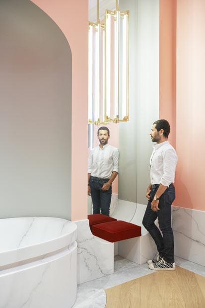 portrait d'Alexis Mabille, designer de la salle de bains Jacob Delafon