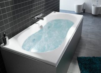 Ambiance avec un baignoire balnéo Balneomix de Allibert