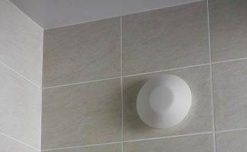 Gros plan pour un extracteur ponctuel pour la ventilation de la salle de bains