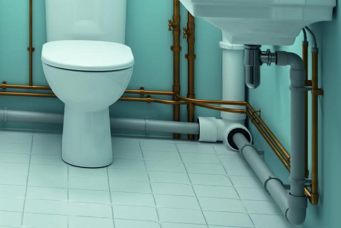 Gros plan sur un réseau d'alimentation d'un lave-mains