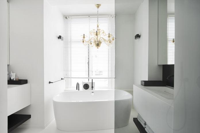 En blanc et noir, une salle de bains dépouillée mais luxueuse