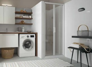 Ambiance salle de bains avec meubles adaptés à la machine à laver