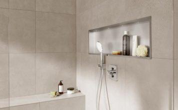 Exemple de niche de rangement en inox encastrée dans la douche