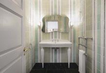 Une salle de bains de style anglais, aavec un carrelage à motif de rayures