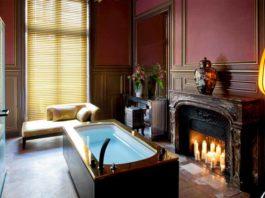 Une baignoire îlot dans une pièce avec une cheminée
