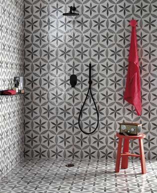 Salle de bain habillé de carreaux à motifs forts