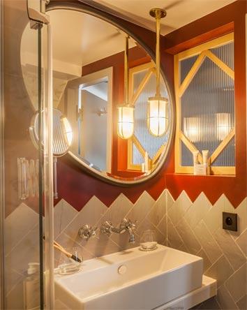 idées originales pour carreler la salle de bain, avec des chevrons