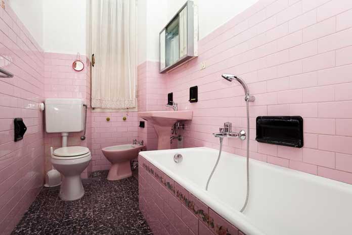 Vieille salle de bains rose, en attente de rénovation