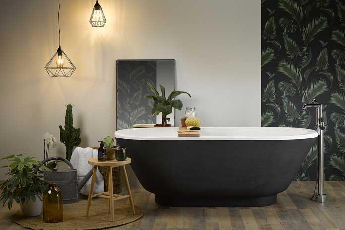 Baignoire en ilot installée dans une salle de bain comme un jardin