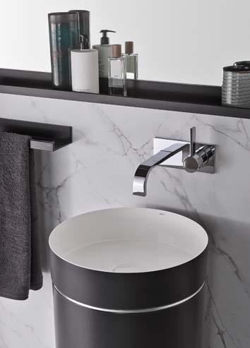 Gros plan sur une vasque totem posée devant un muret