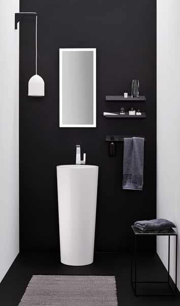 Une vasque totem blanche dans des toilettes noires