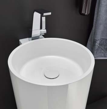 Gros plan sur une vasque totem blanche