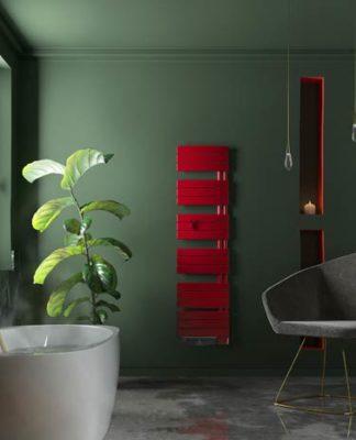 Une salle de bain verte avec un sèche-serviettes avec soufflant rouge