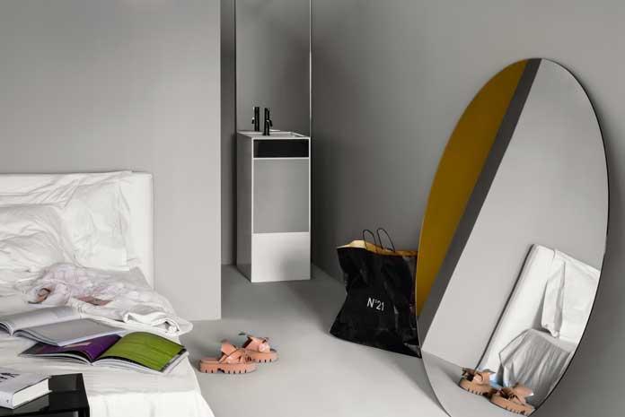 Une vasque totem dans une chambre