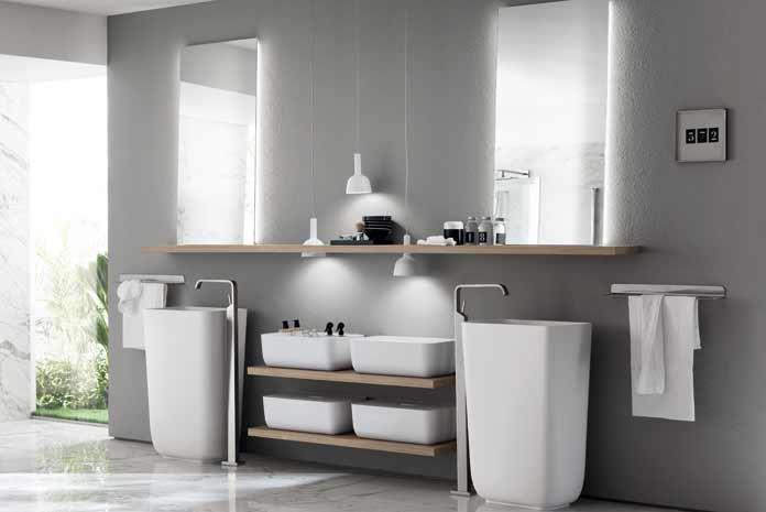 Deux vasques totems séparées par des étagères supportant des casiers de rangement