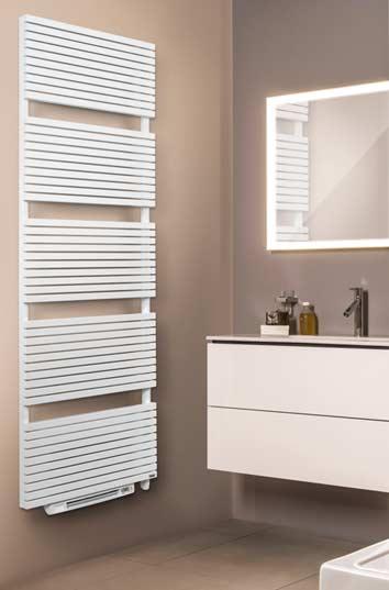 sèche-serviettes blanc avec soufflant sur un mur beige