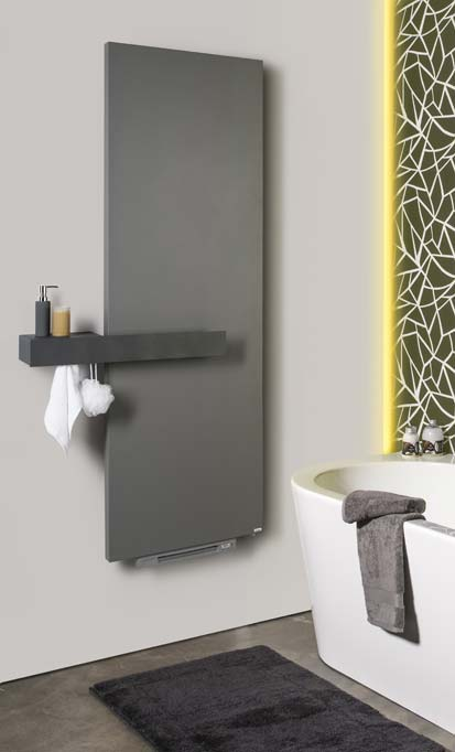 Un radiateur sèche serviettes panneau gris avec un soufflant