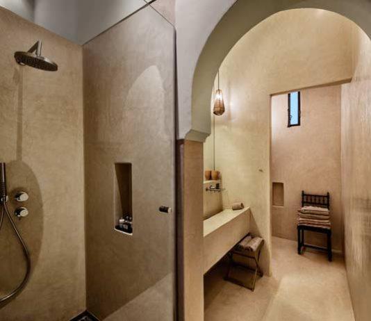 Ambiance marocaine dans une salle de bains revêtue de tadelakt