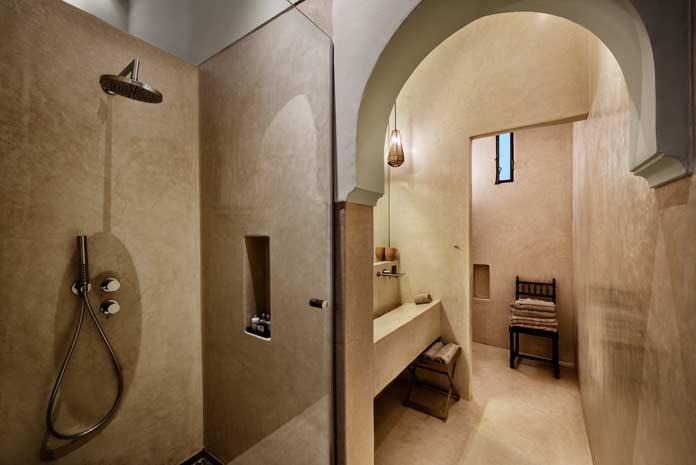 Un tadelakt beige dans une salle de bains d'un riad au Maroc