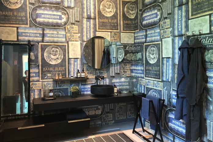 insolite une salle de bains rev tue d 39 un papier peint r tro. Black Bedroom Furniture Sets. Home Design Ideas