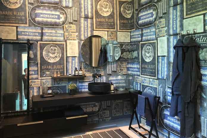 Une salle de bains revêtue de papier peint rétro Wall&Deco
